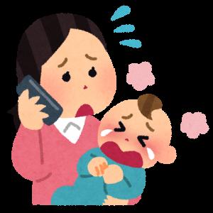 泣いている赤ちゃんと電話をするお母さん
